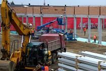 Práce na novém obchodním středisku v horní části Masarykovy ulice pokračují.