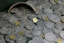 Více než tři sta zlatých a stříbrných mincí z doby třicetileté války objevil nálezce loni poblíž Horních Rápotic u Humpolce na Pelhřimovsku.