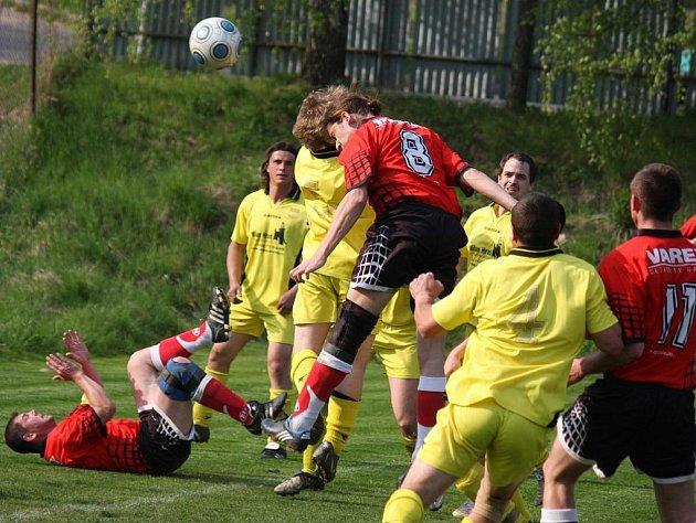 Fotbalisté Štoků (ve žlutém) porazili v důležitém zápase Věžnici těsně 2:1.