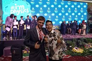 Matěj Mezera z brodského gymnázia získal třetí místo na mezinárodní fyzikální olympiádě v Indonésii (na snímku vlevo).