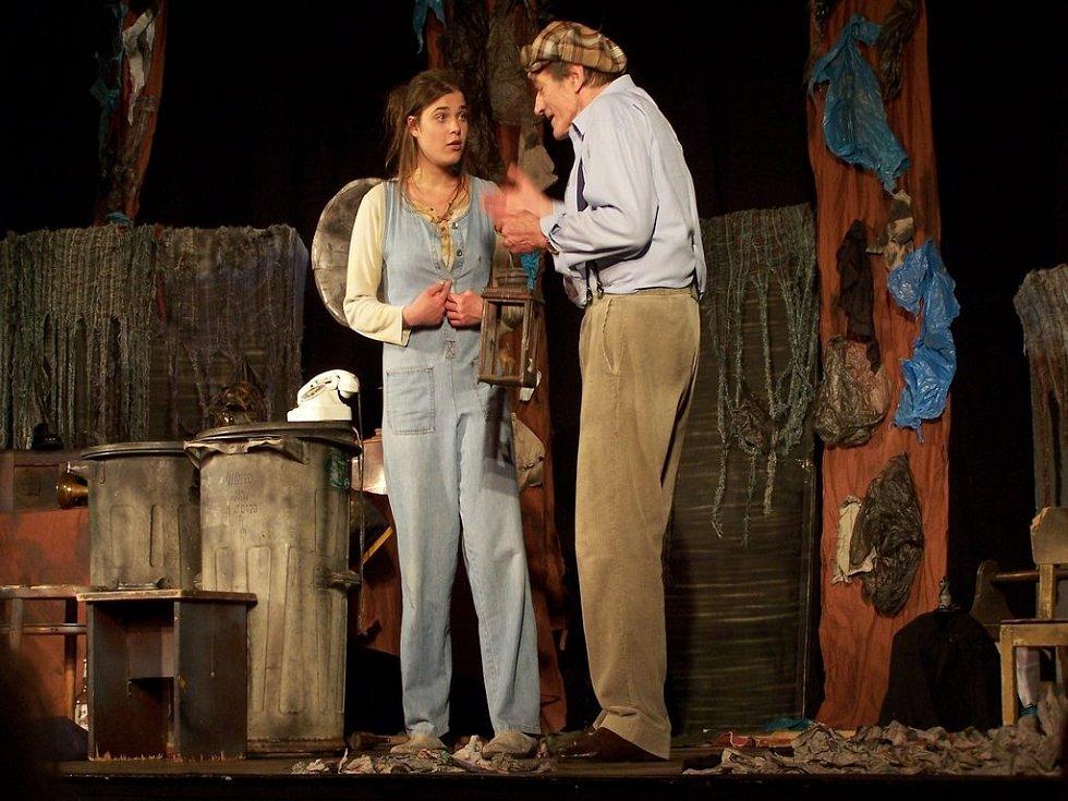 Radka a Ondřeje ve hře doplňuje Iveta Máchová, která hraje obyvatelku smetiště.