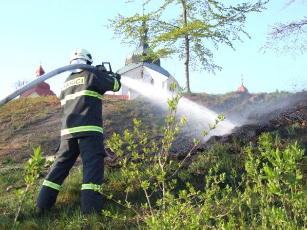 Plameny vyšlehly ve středu vpodvečer na Zelené hoře ve Žďáře nad Sázavou. Dělníci, kteří pálili klestí blízko památky UNESCO, oheň neuhlídali. Zasáhnout museli hasiči. Až ke kostelu se plameny nedostaly.