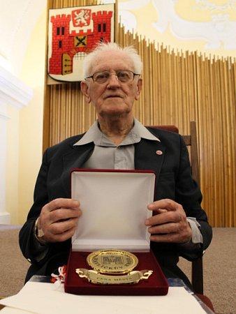 Sportovní žurnalistice se Alois Svoboda, kterému bude zanedlouho devadesát let, věnuje už sedm desetiletí. Ve čtvrtek 24.května byl za svoji dlouholetou práci oceněn.