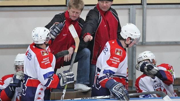 Trenérské duo se společně se svými svěřenci raduje ze vstřeleného gólu.