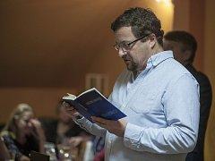 Michal Viewegh vKavárně Chotěboř četl pasáže ze svých knih. Některé byly velmi pikantní.
