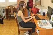 Jak vznikají noviny, kdo všechno se na jejich výrobě podílí nebo v čem je práce novináře těžká i krásná, o tom se mohli přesvědčit účastníci letošní Letní žurnalistické školy Karla Havlíčka Borovského v redakce Havlíčkobrodského deníku.