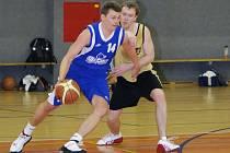 Pro brodské basketbalisty (ve světlém Otakar Prokeš) skončila sezona v prvním kole play off.