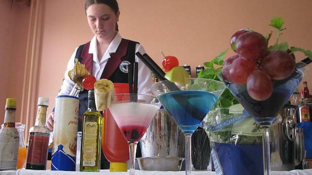 Absolventi kurzu se mimo teoretikcých znalostí museli naučit namíchat padesát druhů drinků. Mezi nejznámější patřily například Manhattan, nebo Tequila Sunrise.