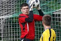 Fotbalistům brodského Slovanu (s míčem brankář Jindřich Adamec) se v posledních kolech vůbec nevede, prohráli tři utkání v řadě. V Nové Vsi to budou chtít změnit.