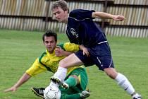 Přibyslavští fotbalisté (ve žlutém v zápase proti Pacovu) se během jara posunuli ze sedmé příčky až na druhou pozici. Na vedoucí Pacov aktuálně ztrácí čtyři body.