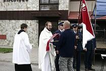 I přes nepříznivé počasí si Borovští oslavy dokonale užívali. Nejdřív kněz posvětil prapor, poté následoval kulturní program.