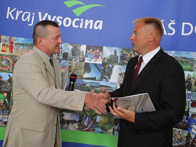 Pavel Filípek z ministerstva obrany předává pamětní plaketu libickému starostovi Václavu Venhauerovi.