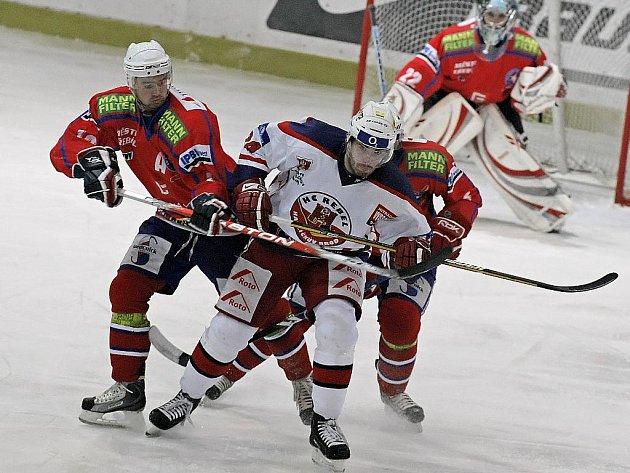 Předchozí tři zápasy Třebíč (v červených dresech) s Rebely prohrála, ve středu se jim však v Kotlině dokonale pomstila.