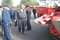 Profesionální hasič Libor Havlůj (uprostřed) seznámil hosty i s parametry vyprošťovacího tanku.