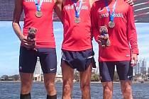 Zlato visí na krku veteránům z Vysočiny z atletického světového šampionátu v australském Pertu. Havlíčkobrodský Jiří Brychta (vpravo) získal prvenství s týmem v půlmaratonu.