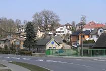 Nové domky znamenají víc mladých rodin, a tím i víc dětí dětí do místní školy.