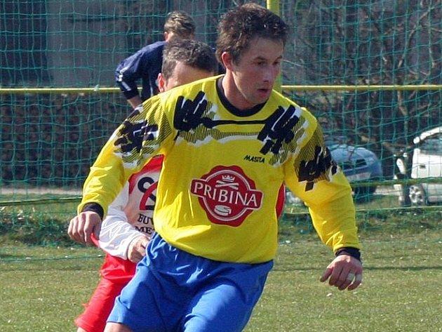 Otevřel skóre. Přibyslavský Ctibor Křepinský (vpředu) otevřel utkání proti Rozsochám, kdy po pěkné akci překonal hostujícího gólmana. Druhý gól domácích potom přidal Martin Strašil.