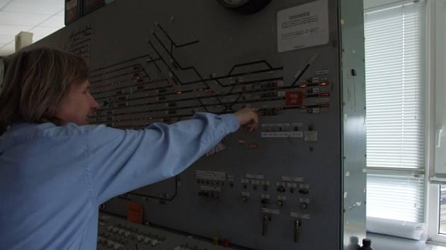 Dozorčí provozu Petr Háněl ukazuje na zabezpečovacím zařízení, které dominuje havlíčkobrodské nádražní věži, trať na Kolín.