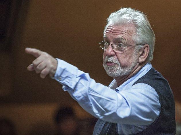 Oblíbený herec vKavárně Chotěboř ukázal, že má smysl pro humor.