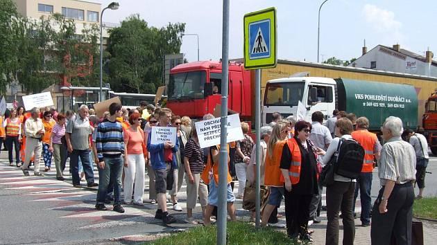 Třicet minut blokovali chůzí lidé přechod v Masarykově ulici