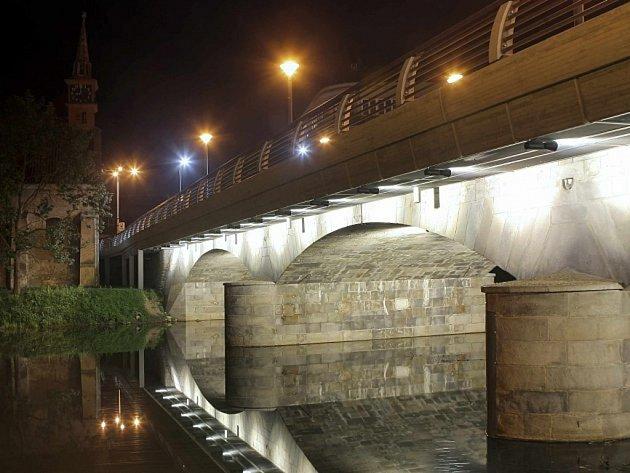 Nasvícený most v Dolní ulici u kostela sv. Kateřiny.
