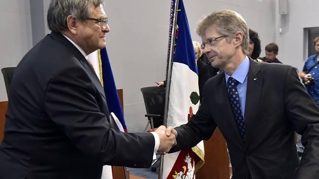 Znovuzvolený hejtman Jiří Běhounek (vlevo) a bývalý hejtman a nynější senátor Miloš Vystrčil při slibu zastupitele na ustavujícím zasedání nově zvoleného Zastupitelstva Kraje Vysočina, které se sešlo v úterý v Jihlavě.