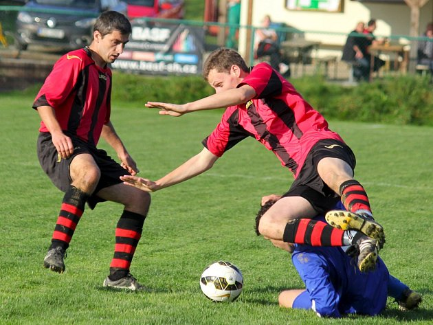 Vzájemné zápasy Rozsochatce (vlevo zkušený záložník Rozsochatce Fousek)  a Golčova Jeníkova by měly patřit k tomu nejlepšímu, co může letos okresní přebor nabídnout.
