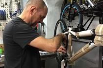 Plné ruce práce mají v těchto dnech pracovníci v cykloservisech, kteří seřizují kola na léto.