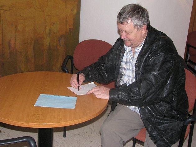 Jaromír Vejvoda, příbuzný českého hudebního skladatele, si od pádu komunismu nedal žádné volby ujít. Jak tvrdí, plní si svoji občanskou povinnost s radostí, protože teď už může.  Nad výběrem kandidátů se zahloubal jen krátce, ODS svůj hlas nedá.
