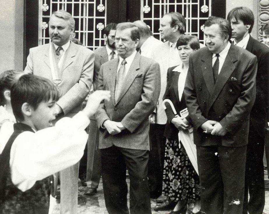 Václav  Havel na návštěvě Světlé nad Sázavou. Přivítání před radnicí, první zleva starosta Jaroslav Jenčík, Václav Havel, Lenka Arnotová, tajemník městského úřadu.