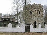 Centrum kosmického zen-buddhismu. Někdejší hájenku u Kuroslep na Třebíčsku, z níž se postupně stává jakýsi lesní hrad, označuje štítek na bráně jako klášter.