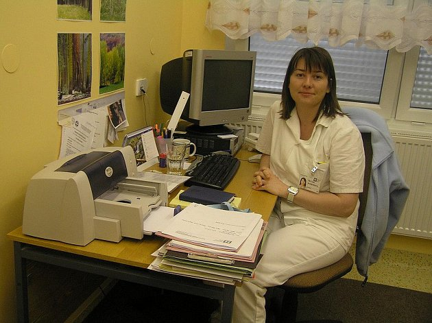 """Ambulance psycholožky Ireny Komendové měla být původně určena jen pro nemocniční pacienty a zaměstnance. Stále častěji  se v ní ale objevují klienti """"zvenku"""". Přicházejí i bez doporučení praktického lékaře, nejsou to jen dospělí, ale i rodiče s dětmi."""