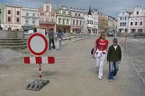 Už po této neděli nebude tento snímek aktuální. Na středovou diagonální komunikaci Havlíčkova náměstí se zase vrátí automobily. Na náměstí projedou Dolní i Horní ulicí.