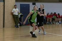 Překazily neporazitelnost. Havlíčkobrodské basketbalistky (v zeleném Jana Bartáková) překvapily hráčky Jablonce nad Nisou, když je v Kotlině porazili rozdílem třinácti bodů.