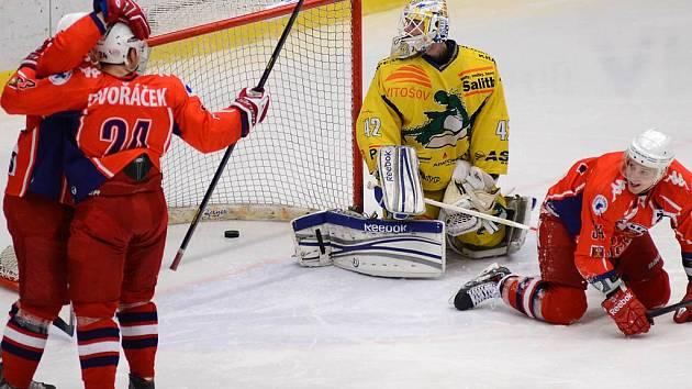 Je to tam! Havlíčkobrodští hokejisté (v tmavých dresech) oslavují gól v síti Šumperka. Za záda brankáře Tomáše Štůraly dostali nakonec puk celkem čtyřikrát a slavili výhru 4:2.