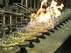 Automatická výroba skla je alfou a omegou současné produkce sklárny Crystalite Bohemia ve Světlé nad Sázavou. Ruční sklo firma vyrábí v Květné na Uherskohradišťsku.