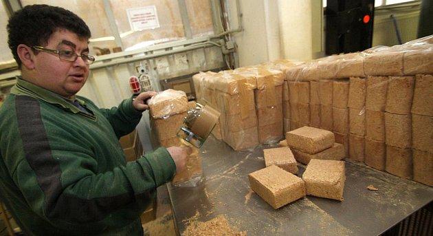 V Jitkově byrábějí ekologické brikety z pilin.