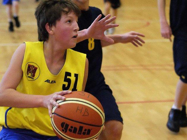 Žáci BC Vysočina (ve žlutém Jakub Coufal) si připsali ve víkendových zápasech vítězství nad Kyjovem.