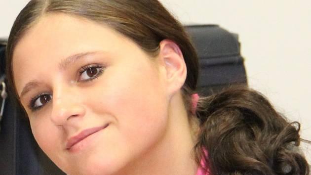 Trest ji nerozhodil. Devatenáctiletá Ilona Illková z Brna má jít do vězení na osmatřicet měsíců. U soudu však hýřila úsměvy na všechny strany.