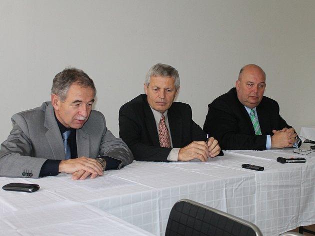 V Havlíčkově Brodě vystoupili i náměstek ministra zemědělství Jindřich Šnejdrla (vlevo), předseda Ústředního bramborářského svazu Milan Chlan i prezident Agrární komory ČR Miroslav Toman (vpravo).