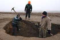 Archeologové z obecně prospěšné společnosti pro ochranu historického dědictví Archaia dokončují náročný výzkum v okolí České Bělé.