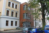 Bezbariérový vchod Domova pro seniory v ulici Husova.