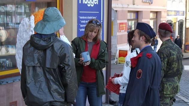 Stavařům zvonilo naposledy. Studenti brodské Střední stavební školy zaplavili Havlíčkovo náměstí.
