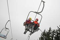 Jaká bude letošní lyžařská sezona, nechce nikdo z provozovatelů areálů na Vysočině odhadovat. Již několik sezon po sobě totiž svahy v kraji pokrývalo jen málo přírodního sněhu. K zasněžování je zase potřeba dostatek vody a mráz.