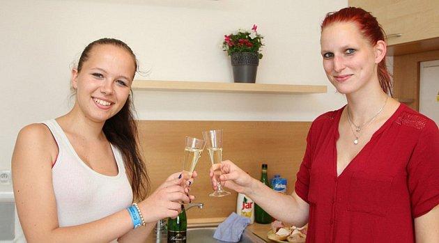 Startovací byt byl slavnostně otevřen 18 července loňského roku. Šanci do života v něm dostaly dvě dívky, Jana Skálová a Nikola Grulichová.
