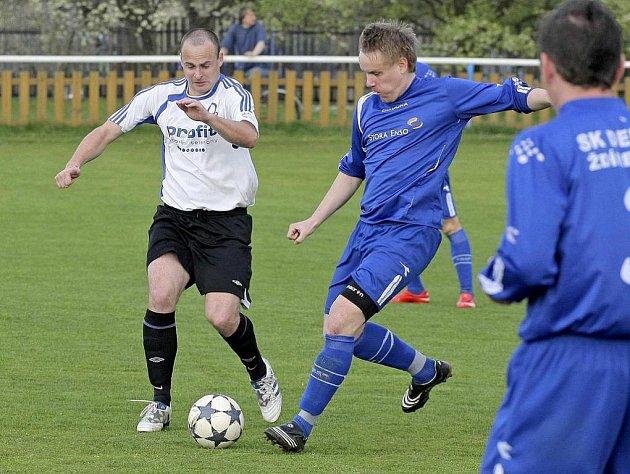 Fotbalisté Ždírce (v tmavém) dokázali v sobotu porazit doma Bystřici. Už dnes na svém trávníku přivítají další tým ze Žďárska – Novou Ves.