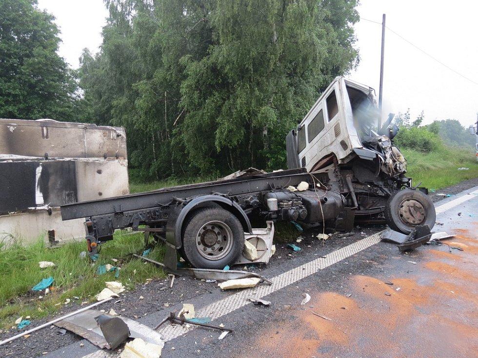 U Štoků se v pondělí ráno srazil kamion Volvo s nákladním vozem Iveco. Výsledkem dopravní nehody je zraněný spolujezdec a více než třistatisícová škoda.