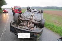 Seat, který řídil sedmačtyřicetiletý řidič, skončil po smyku na střeše.