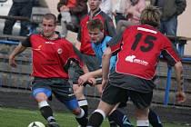 Minuta stačila fotbalistům brodského béčka (v červeném), aby otočila zápas s Ledčí nad Sázavou.