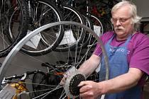 Na letní pracovní dobu už přešel Jaroslav Pochtiol ve své prodejně a opravně bicyklů v Dobré.